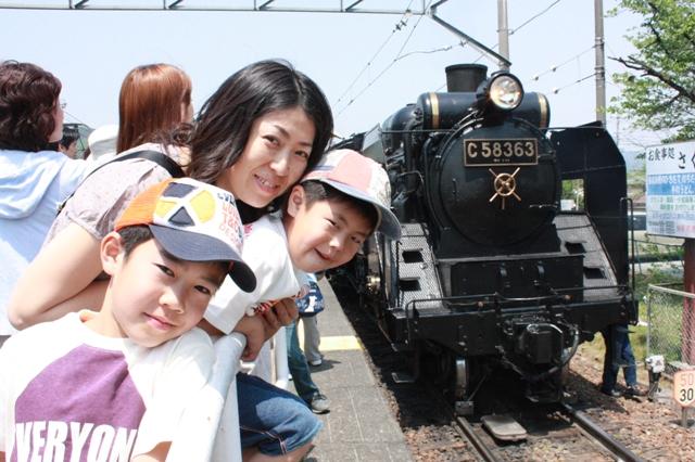 パレオエクスプレス長瀞駅にて家族写真2.JPG